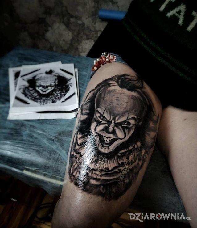 Tatuaż postać z horroru w motywie postacie i stylu realistyczne na nodze