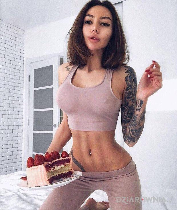 Tatuaż truskawka na torcie - seksowne