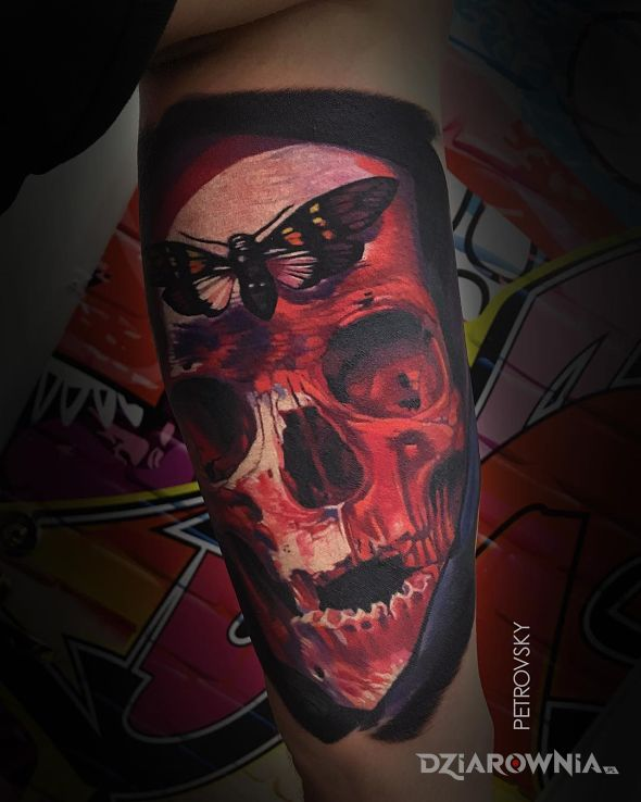 Tatuaż czerwona czaszka - realistyczne
