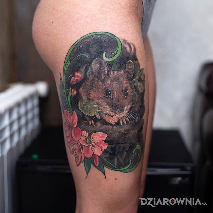 Tatuaż mała myszka w motywie kwiaty i stylu realistyczne na nodze