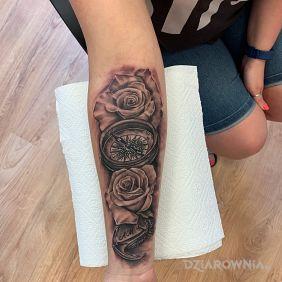 Róża wiatrów w otoczeniu róż. 🌹