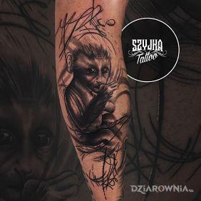 Abstrakcja, embrion dziecka połączony z małpą. Tattoo na Mistyku.