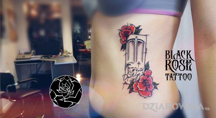 Tatuaż drzwi - napisy