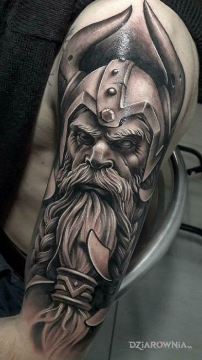 Tatuaż potężny wiking w motywie twarze i stylu realistyczne na ramieniu