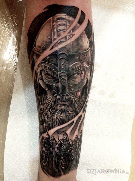Tatuaż wiking w hełmie w motywie 3D i stylu realistyczne na przedramieniu