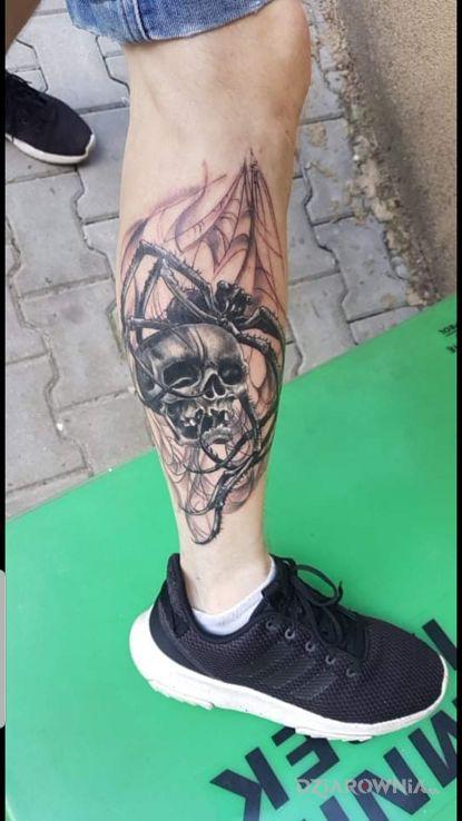 Tatuaż łydka Czaszka Pajęczyna Autor Damian Rosik