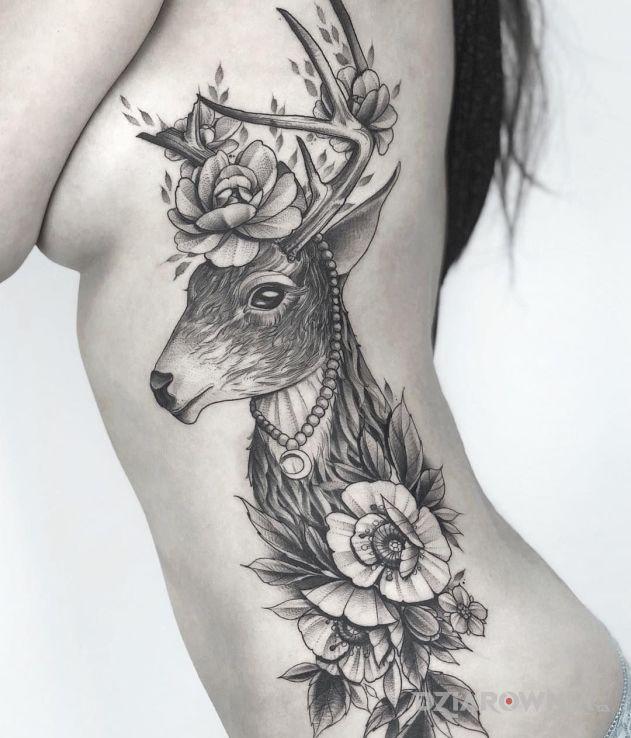 Tatuaż śliczny jelonek w motywie kwiaty i stylu graficzne / ilustracyjne na żebrach