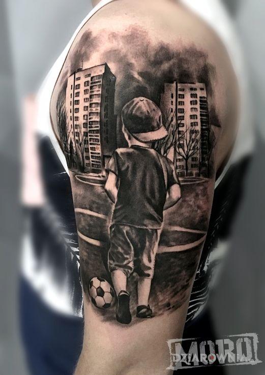 Tatuaż chłopak z piłką boisko bloki - przedmioty