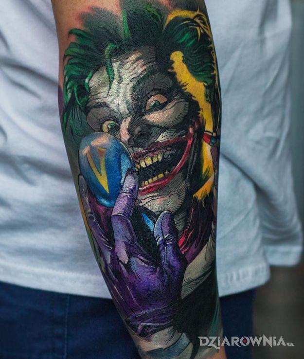 Tatuaż komiksowy joker w motywie postacie i stylu kreskówkowe / komiksowe na przedramieniu