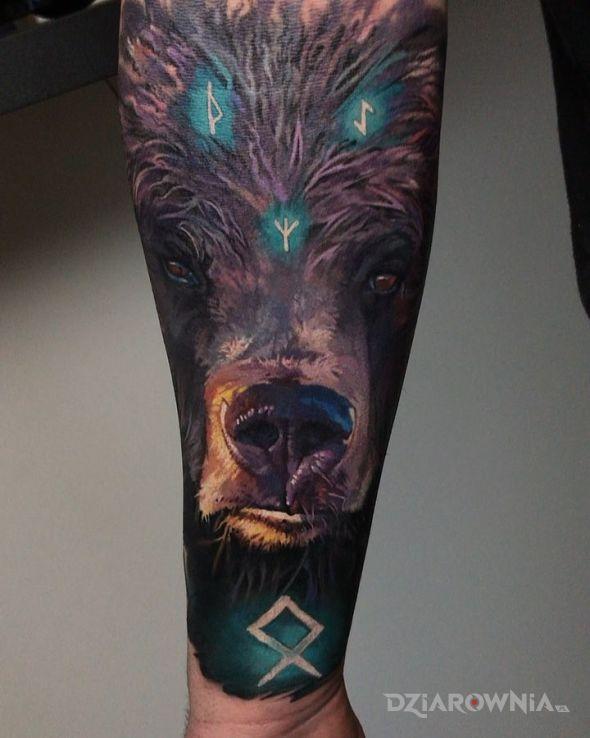 Tatuaż runiczny niedźwiedź w motywie kolorowe i stylu realistyczne na przedramieniu