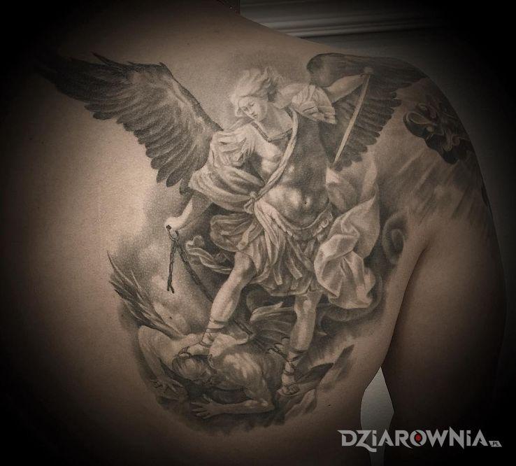 Tatuaż archanioł w motywie czarno-szare i stylu realistyczne na łopatkach