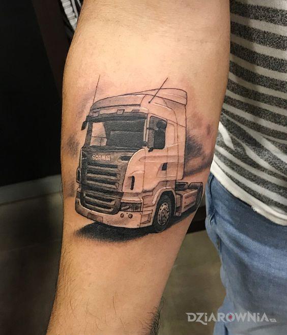 Tatuaż tir w motywie pozostałe i stylu realistyczne na przedramieniu