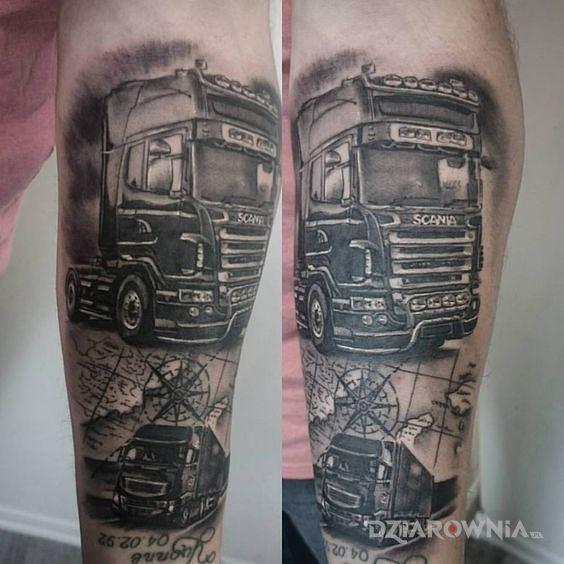 Tatuaż scania w motywie czarno-szare i stylu realistyczne na ramieniu