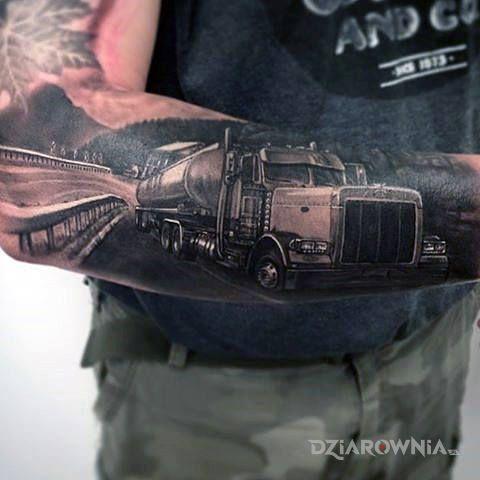 Tatuaż ciężarówka w trasie w motywie czarno-szare i stylu realistyczne na przedramieniu