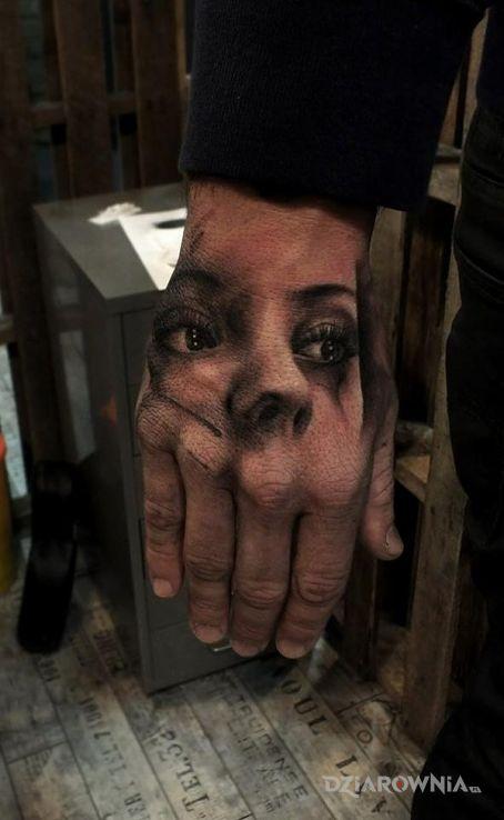 Tatuaż portret w motywie twarze na dłoni
