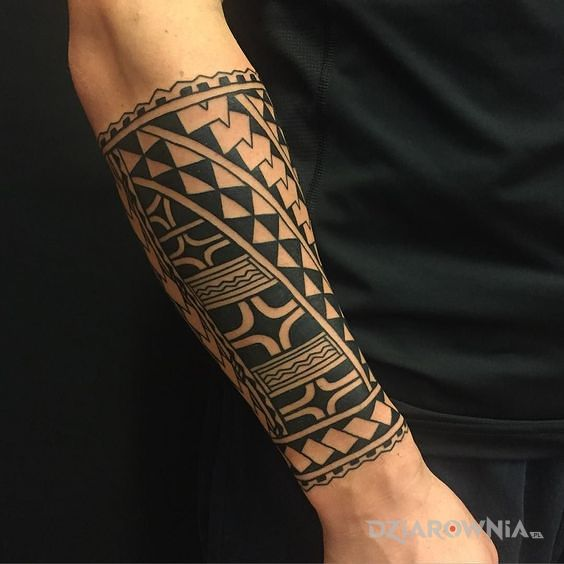 Tatuaż wzor polinezyjski w motywie czarno-szare i stylu polinezyjskie na przedramieniu