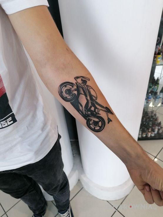 Tatuaż mój nowy motocykl w motywie pozostałe i stylu realistyczne na przedramieniu