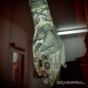 Kilka tatuaży na dłoni