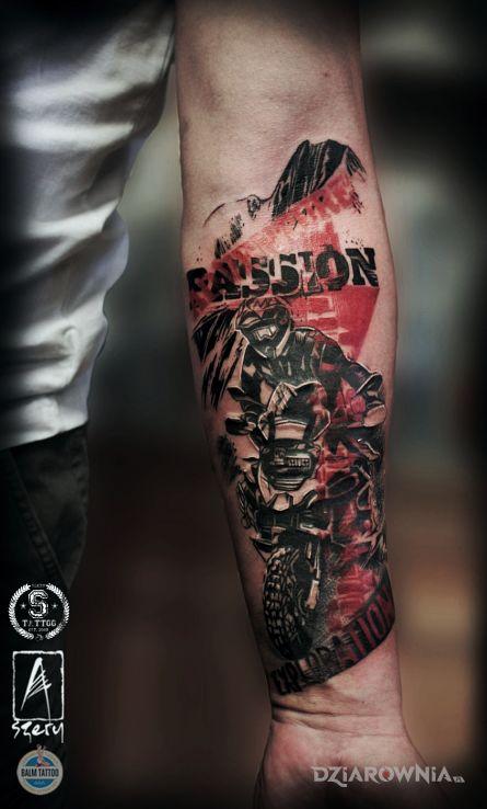 Tatuaż pasje w motywie napisy i stylu trash polka na przedramieniu