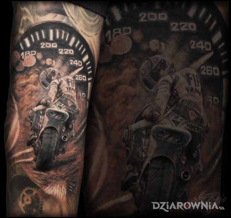 Tatuaż motocyklista w motywie 3D i stylu realistyczne na przedramieniu
