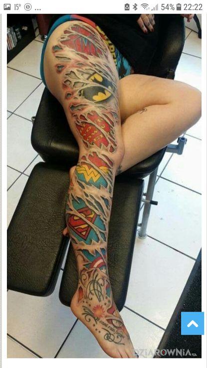 Tatuaż cała noga w tuszu - graficzne