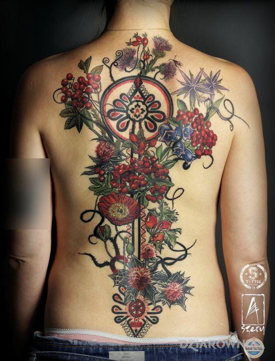 Tatuaż kwiaty z parzenicami - seksowne