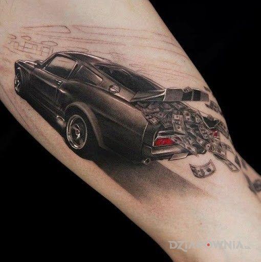 Tatuaż pędzący samochód w motywie pozostałe na ramieniu