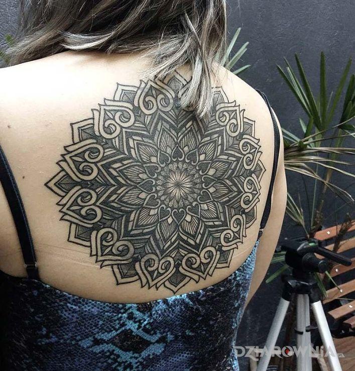 Tatuaż geometryczny wzór w motywie mandale i stylu geometryczne na plecach