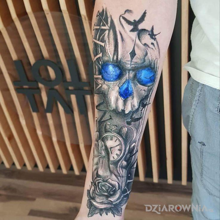 Tatuaż czaszka róża dłoń zegar ptaki daty - czaszki