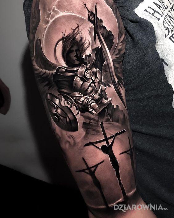 Tatuaż anioł i 3 krzyże w motywie religijne i stylu realistyczne na ramieniu