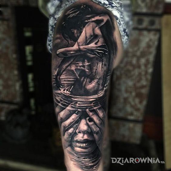 Tatuaż kobieta w objęciach - czarno-szare