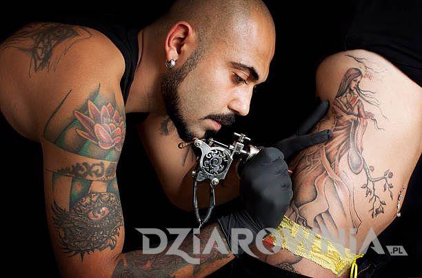 Tatuażysta z maszynką
