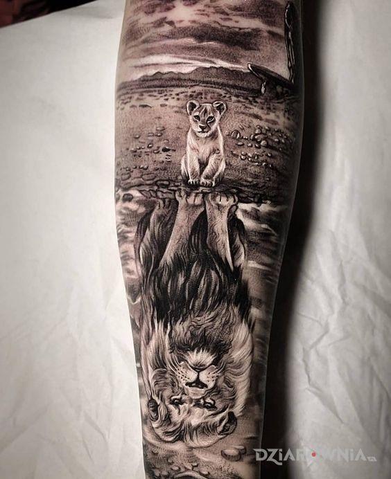 Tatuaż mufasa i simba - czarno-szare
