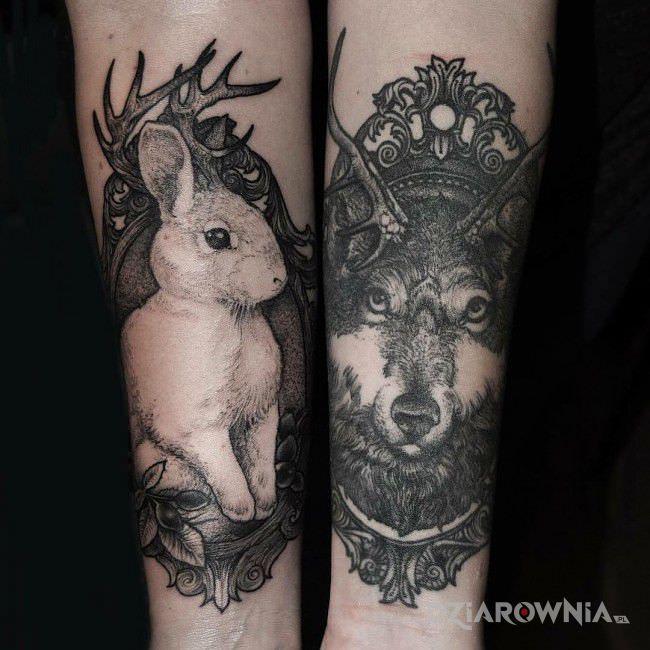 Tatuaż królik i wilk w motywie czarno-szare i stylu graficzne / ilustracyjne na przedramieniu