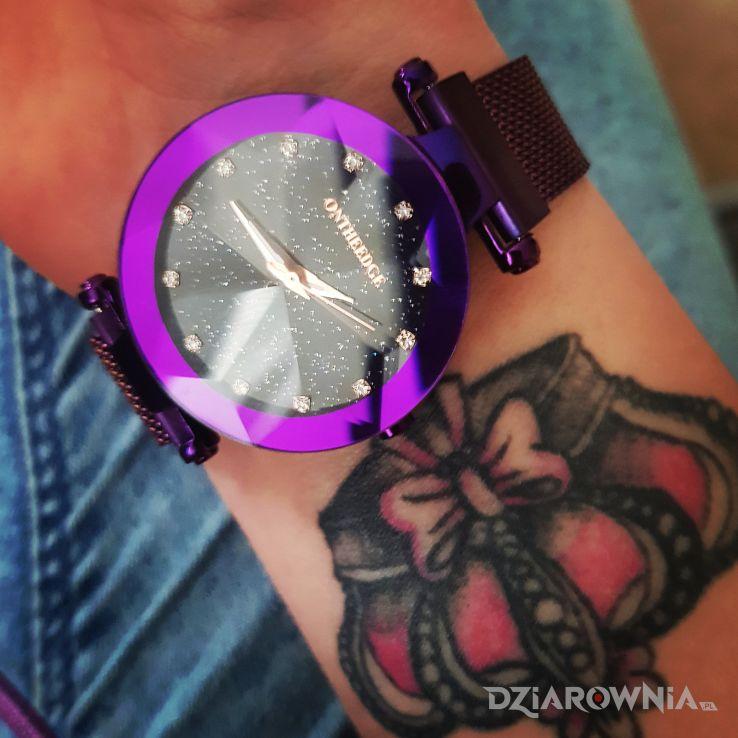 Tatuaż rozowa korona - przedmioty