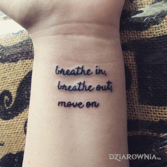 Tatuaż wdech i wydech - napisy