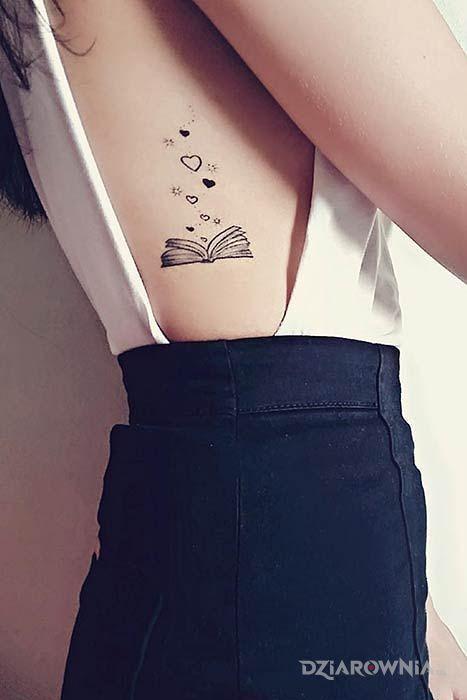 Tatuaż książka w motywie czarno-szare i stylu graficzne / ilustracyjne na żebrach