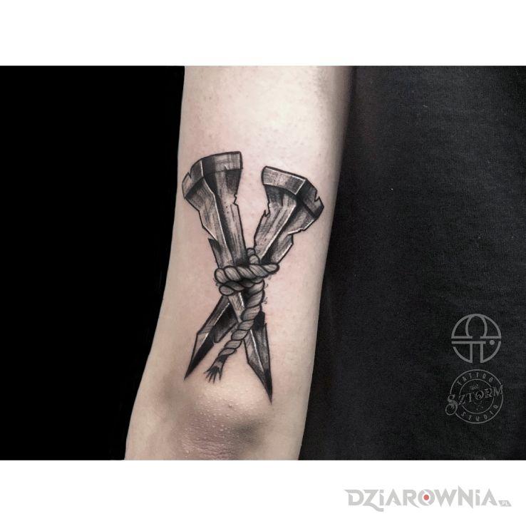 Tatuaż bolesne gwoździe - religijne