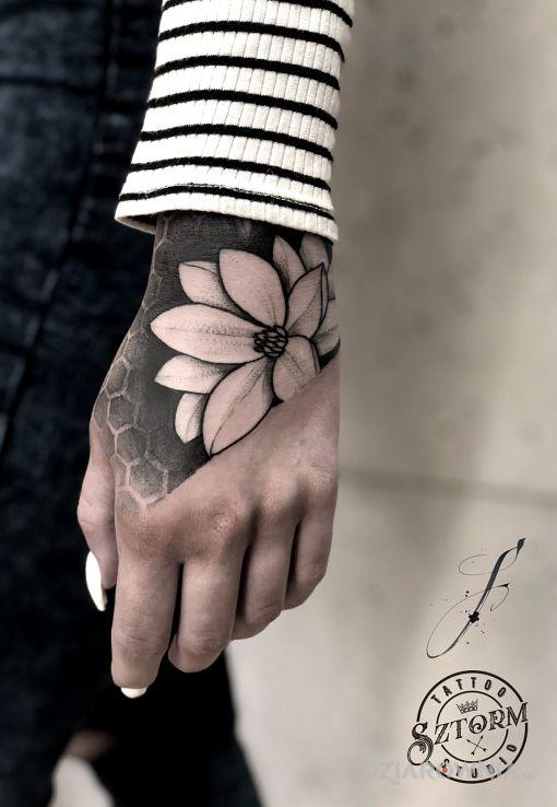 Tatuaż  z fajnym klimatem - kwiaty