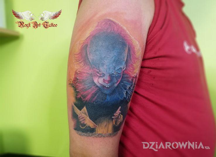 Tatuaż horrorowy klimacik to w motywie postacie i stylu realistyczne na ramieniu