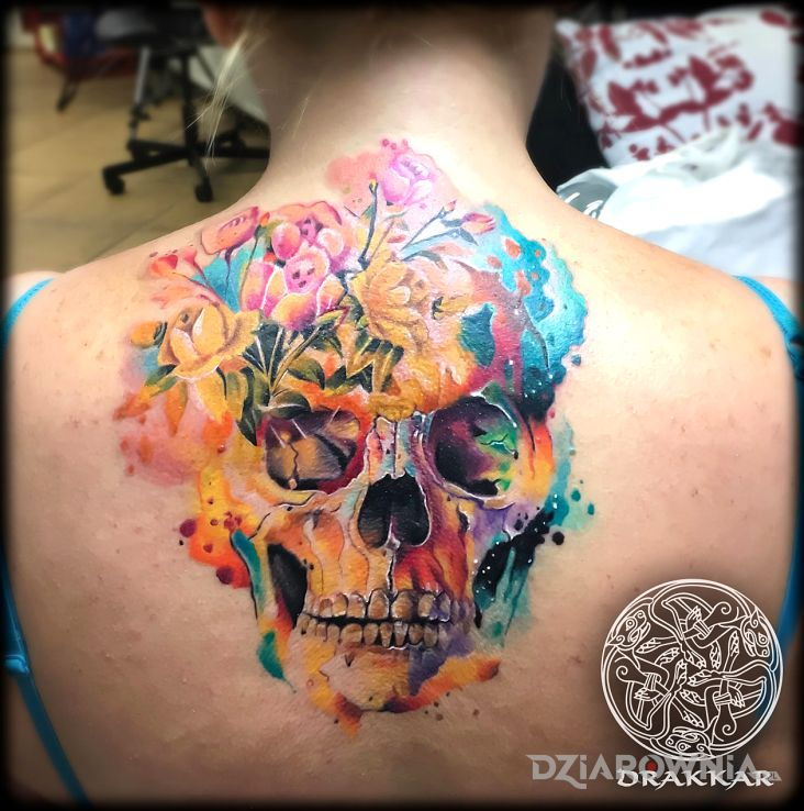 Tatuaż czacha z kwiatów - czaszki