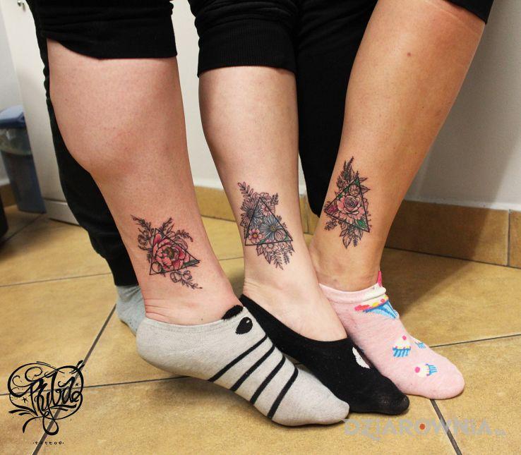 Tatuaż kwiatki w trójkątach - kolorowe