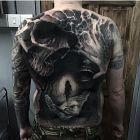 Mocarny tatuaż na plecach
