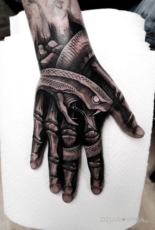 Tatuaż wężowa dłoń - czarno-szare
