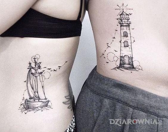 Tatuaż statek i latarnia w motywie czarno-szare i stylu graficzne / ilustracyjne na żebrach