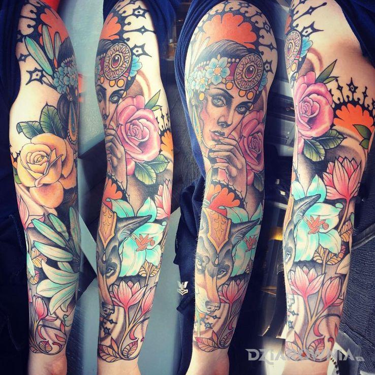 Tatuaż neotradycyjny rękaw - kwiaty