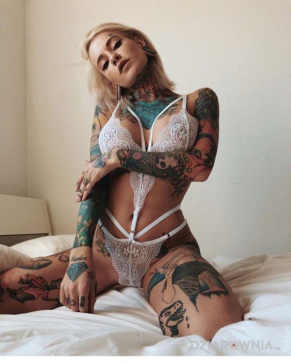 Tatuaż zloto i biel - seksowne