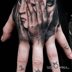 Kobieta na dłoni