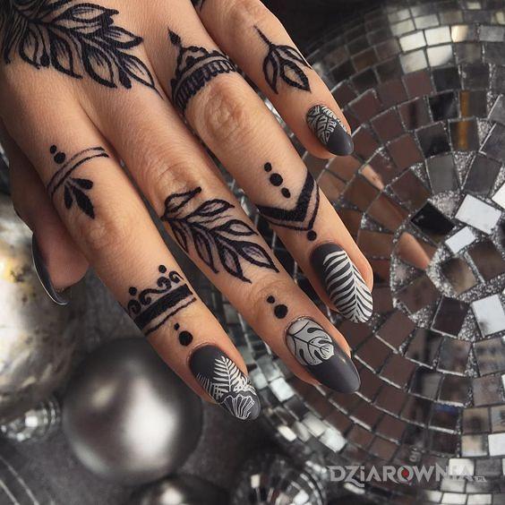 Tatuaż ozdoba na palcach w motywie ornamenty i stylu minimalistyczne na palcach