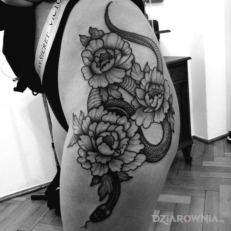 Tatuaż kwiaty  wąż - czarno-szare